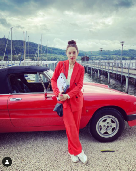Janina Elkin is a wealthy Ukrainian actress.