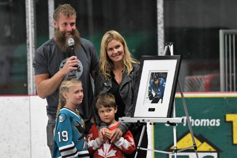 Tabea Pfendsack in black poses with husband Joe Thornton and their two children.