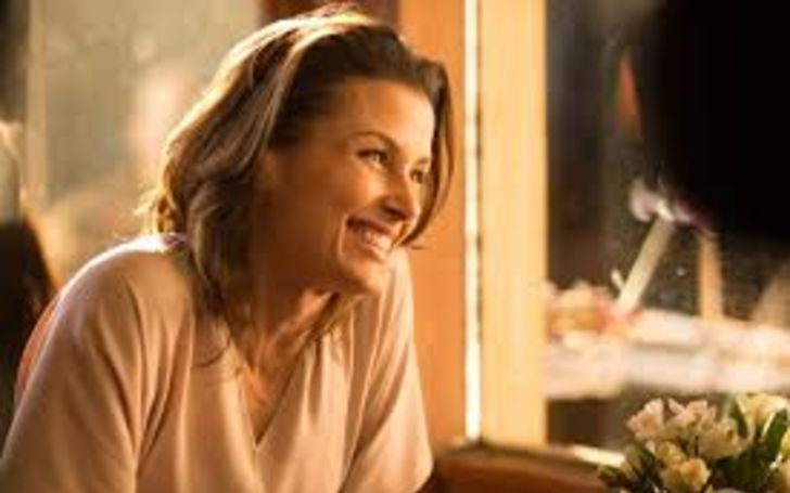 Bridget Moynahan in a white t-shirt caught on the camera during shooting for a movie.