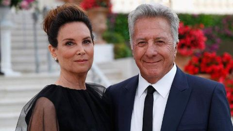 Dustin Hoffman poses with his wife.