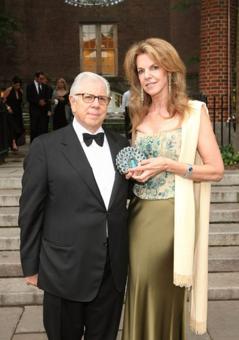 Carl Bernstein in a black suit poses with wife Christine Kuehbeck.