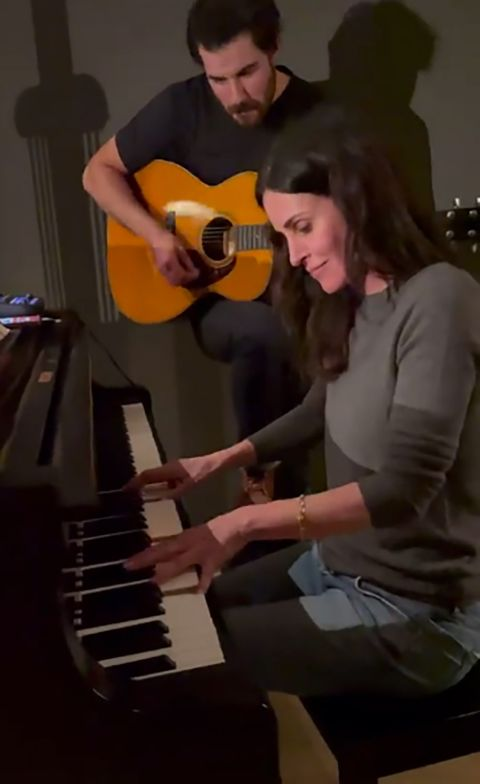 Courtney Cox playing friends theme on piano